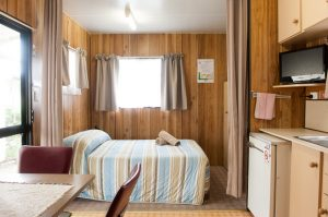 woodbine tourist park lakes entrance cabin bedroom